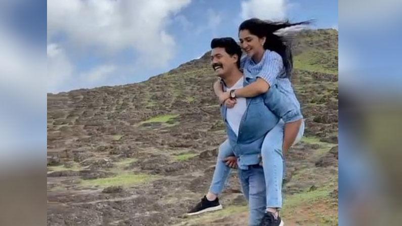 कलर्स मराठीच्या 'राजा राणीची गं जोडी' या मालिकेत अभिनेत्री शिवानी सोनार (Shivani Sonar) 'संजीवनी ढाले-पाटील' सकारत आहे. तर, अभिनेता मणिराज पवार (Maniraj Pawar) 'रणजीत ढाले-पाटील' साकारताना दिसत आहे.