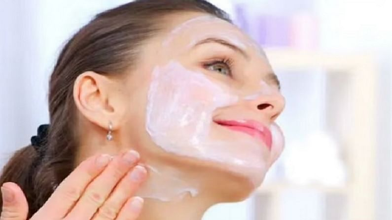 सुंदर आणि चमकदार त्वचा मिळवण्यासाठी आपण काही घरगुती उपाय केले पाहिजे. ज्यामुळे आपली त्वचा सुंदर दिसण्यास मदत होते. विशेष म्हणजे हे फेसपॅक तयार करण्यासाठी देखील सोप्पे आहेत.