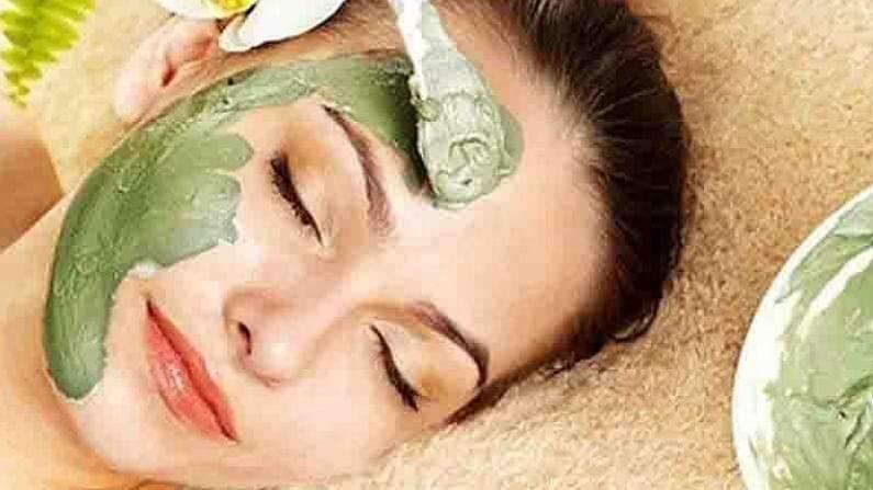 केशर हे त्वचेसाठी अत्यंत फायदेशीर आहे. चांगल्या त्वचेसाठी केशर आणि मध घालून फेसपॅक तयार करून लावू शकतात. हा आपल्या चेहऱ्यावर सुमारे 10 ते 15 मिनिटे चेहऱ्यावर ठेवा आणि यानंतर चेहरा पाण्याने धुवा.