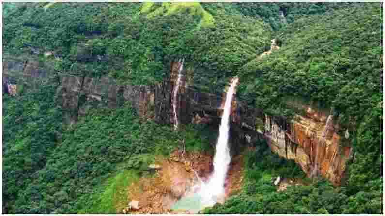 मेघालयातील नोहकलिकाई धबधबा भारतातील सर्वात उंच आणि सुंदर धबधब्यांपैकी एक आहे. त्याची उंची सुमारे 1100 फूट आहे. या धबधब्याचे नाव देण्यामागे एक कथा आहे. असे म्हटले जाते की एका स्थानिक मुलीने सरळ उंच कड्यावरून उडी मारली होती, जिचे नाव लिकाई होते. या धबधब्याचे नाव नोहका-लिकाई असे ठेवले गेले.