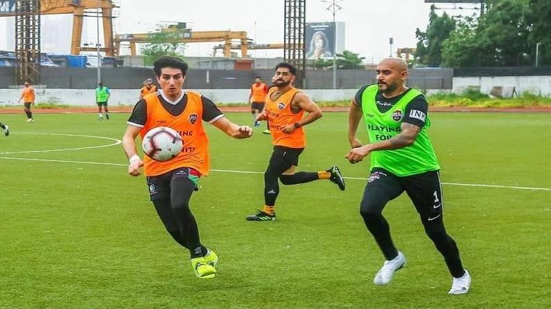 आयपीएलच्या उर्वरीत सामने दीड महिन्याचा कालावधी राहिला आहे. सामन्यांची सुरुवातच धोनीची सीएसके आणि रोहितच्या मुंबई इंडियन्सपासून होणार आहे. अशावेळी फुटबॉल सामने खेळून धोनी स्वत:ला फिट ठेवण्याचा प्रयत्न देखील करत आहे. (फोटो सौजन्य - All stars FC)