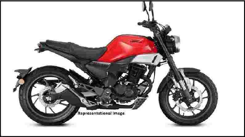 HONDA NX200 - होंडा दुचाकी एक नवीन साहसी मोटारसायकल लाँच करण्याचा विचार करत आहे, जी हॉर्नेट 2.0(Hornet 2.0) वर आधारीत असेल. अहवालांवर विश्वास ठेवल्यास, बाईकचे नाव होंडा एनएक्स 200(Honda NX200) असेल आणि याची किंमत याच्या नेकेड सिबलिंगपेक्षा 15,000 रुपये अधिक असेल. याची डिझाईन एलिमेंट्सला चीन-स्पेसिपिक Honda CBF190TR कडून घेतले आहेत. ही बाईक 184.4cc सिंगल-सिलिंडर, एअर-कूल्ड इंधन इंजेक्टेड इंजिनसह येईल ज्याला होंडा इको तंत्रज्ञान देखील दिले जाईल.