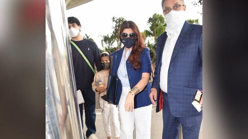 अक्षय कुमारचे संपूर्ण कुटुंब विमानतळावर दिसले, ट्विंकल खन्ना अतिशय स्टायलिश स्टाईलमध्ये दिसली.