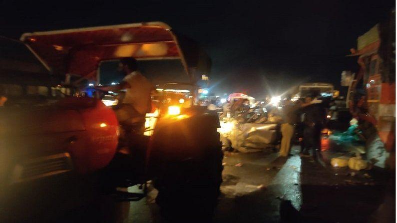 बचाव कार्यासाठी पुढे आलेल्या नागरिकांनी अपघातग्रस्तांना गाड्यांमधून बाहेर काढण्याचा प्रयत्न केला. यावेळी ट्रकने उडवलेल्या वॅगनार कारमधील 3 जणांचा जागीच मृत्यू झाल्याचं उघडकीस आलं. या घटनेमुळे परिसरात प्रचंड गोंधळ बघायला मिळाला. घटनास्थळी बघ्यांची मोठी गर्दी जमली होती.