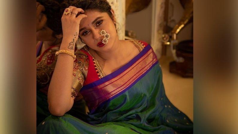 अभिनेत्री संस्कृती बालगुडे सोशल मीडियावर कायम चर्चेत असते. नुकतंच तिने इन्स्टाग्रामवर या फोटोशूटचे फोटो शेअर केले आहेत. या फोटोंमध्ये ती महाराष्ट्रीयन अवतारात दिसतेय.