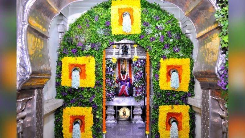 एवढंच नाही तर मंदिरावर फुलांनी 'आई साहेब' असं लिहिण्यात आलं आहे. हे नयनरम्य क्षण कॅमेऱ्यात कैद करण्यात आले आहेत.