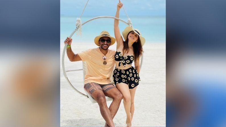 नुकतंच सोनालीचा पती कुणाल बेनोडेकरचा वाढदिवस पार पडला याच सेलिब्रेशनसाठी सोनाली आणि कुणाल मालदीवला पोहोचले आहेत. त्यामुळे आता सोनाली मालदीवमधून तिचे फोटो आणि व्हिडीओ चाहत्यांसोबत शेअर करत आहे.