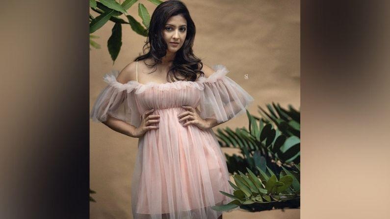 आता नुकतंच तेजश्रीनं तिचे काही फोटो सोशल मीडियावर शेअर केले आहेत. या फोटोंमध्ये ती कमालीची सुंदर दिसतेय. गुलाबी रंगाच्या ड्रेसमध्ये तिनं हे फोटोशूट केलं आहे. प्रसिद्ध फोटोग्राफर शैलेंद्र परदेशीनं हे फोटो क्लिक केले आहे.