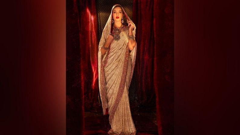 नेहमीच वेस्टर्न ड्रेसमध्ये दिसणाऱ्या नोरा फतेहीचे काही फोटो आता सोशल मीडियावर व्हायरल होत आहेत. या फोटोंमध्ये ती पारंपारिक भारतीय साडीमध्ये दिसत आहे.