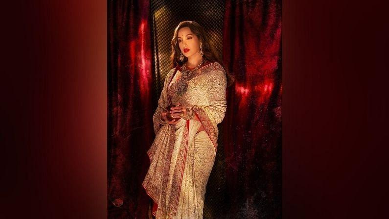 नोराची ही साडी नवी दिल्लीत राहणाऱ्या भारतीय फॅशन डिझायनर अंजुल भंडारी यांनी डिझाईन केली आहे. तर नोरा फतेहीची फॅशन स्टायलिस्ट मेनका हरिसिंगानी, शुभ्रा शर्मा आणि चिंतन शाह यांनी स्टाईल केली आहे.
