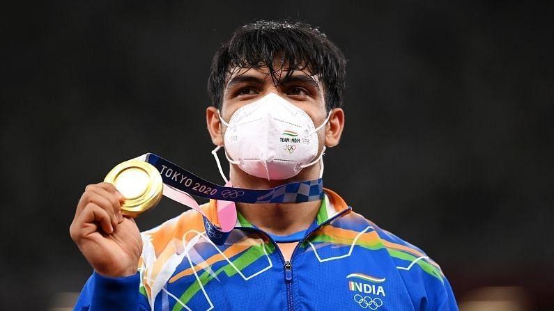 भारताला यंदाच्या ऑलिंपिक स्पर्धेत पहिल सुवर्ण पदक मिळवून देणाऱ्या खेळाडूचं नाव आहे नीरज चोप्रा. त्याने भालाफेकीत सर्वोत्तम कामगिरी करत भारताच्या खात्यात हे पदक जमा केलं. 23 वर्षीय नीरजने आपल्या दुसऱ्याच प्रयत्नात 87.58 मीटर भाला फेकत जगाला स्तब्ध केलं. यानंतर भारतीयांचा आनंद पाहण्यासारखा होता. अॅथलेटिक्समध्ये मागील 100 वर्षापेक्षा अधिक काळात भारताचं हे पहिलं ऑलिंपिक सुवर्णपदक आहे. दुसरीकडे व्यक्तिगत खेळात भारतासाठी सुवर्ण जिंकणारा नीरज दुसरा खेळाडू ठरलाय. याआधी तिरंदाज अभिनव बिंद्राने बीजिंग ऑलिंपिकमध्ये 2008 ला पुरुषांच्या 10 मीटर एअर रायफलमध्ये सुवर्ण पदक जिंकलं होतं.