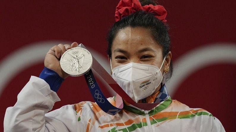 भारताने टोकिओ ऑलिंपिक खेळात पदकाची सुरुवात पहिल्या दिवशीच केली. मीराबाई चानूने वेटलिफ्टिंगमध्ये भारताला सिल्वर मेडल जिंकून दिलं. मणिपूरच्या या खेळाडू महिलेने 49 किलो वर्गात आपली दमदार कामगिरी दाखवली. मीराबाई चानूने ऑलिंपिक स्पर्धेत भारताला वेटलिफ्टिंगमधील दुसरं पदक जिंकून दिलं. याआधी 2000 सिडनी ऑलिंपिकमध्ये कर्णम मल्लेश्वरीने कांस्य पदक जिंकलं होतं.