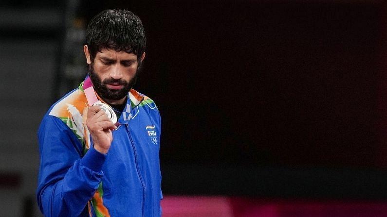 टोकिओ ऑलिंपिक स्पर्धेत भारताला रवि दहियाने दुसरं सिल्वर मेडल जिंकून दिलं. या पहिलवानाने पुरुषांच्या 57 किलो वर्गात पराभवाचा सामना केला. यानंतर रविने सिल्वर मेडलवर नाव कोरलं. भारताचं हे कुस्तीमधील दुसरं सिल्वर मेडल आहे. याआधी 2012 मधील लंडन ऑलिंपिकमध्ये सुशील कुमारने सिल्वर मेडल जिंकलं होतं.