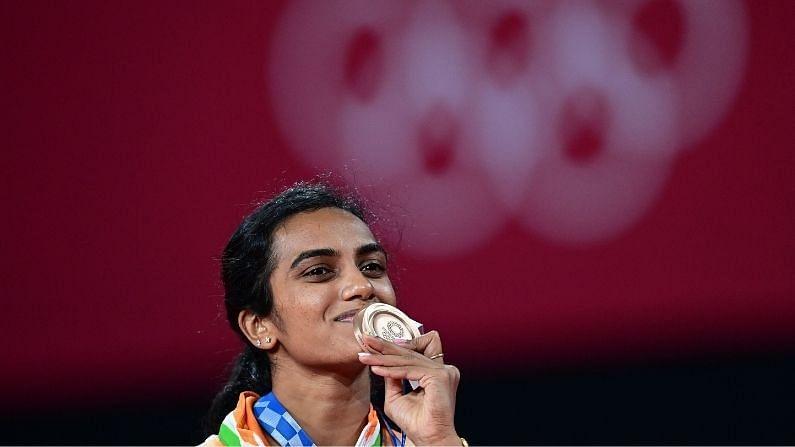 पी. व्ही. सिंधुने भारताला टोकिओ ऑलिंपिकमध्ये पहिलं कांस्य पदक जिंकून दिलं होतं. तिने चीनच्या जियोबाओचा पराभव करत ऑलिंपिकमध्ये सलग दुसरं पदक पटकावलं. याआधी सिंधूने 2016 च्या रिओ ऑलिंपिकमध्ये देखील सिल्वर मेडल जिंकलं होतं. सिंधूच्या आधी सुशील कुमारने ऑलिंपिकमध्ये 2 मेडल जिंकले होते. सिंधूच्या कांस्य पदकाने भारताला सलग तिसऱ्यांदा बॅडमिंटनमध्ये ऑलिंपिक पदक मिळालं.