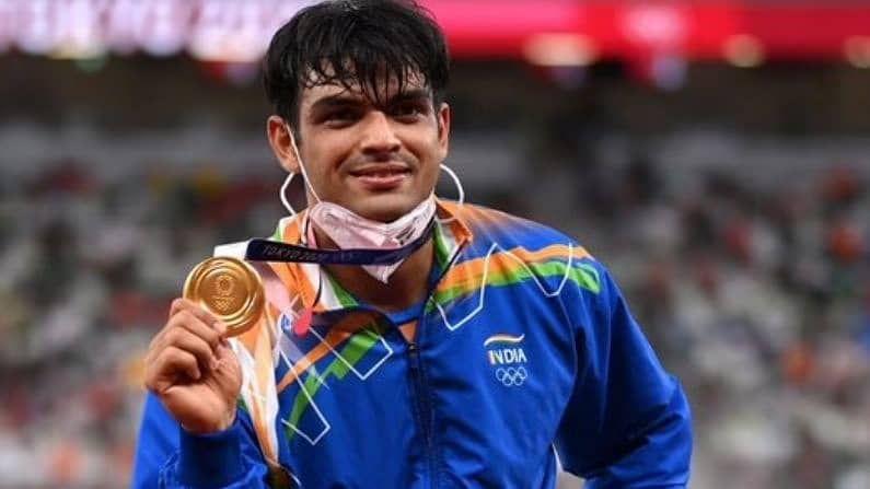 भारतीय भालाफेक खेळाडू नीरज चोप्राने (Neeraj Chopra) टोक्यो ओलिम्पिकमध्ये (Tokyo Olympic) सुवर्णपदक जिंकत इतिहास रचला. त्याने तब्बल 87.58 मीटर लांब भाला फेकत हे सुवर्णपदक मिळवलं. तब्बल 100 वर्षांत एथलेटिक्समध्ये भारताला मिळालेलं हे पहिलं सुवर्णपदक असल्याने नीरजवर संपूर्ण देशातूंन कौतुकाचा वर्षाव होत आहे. सोबतच त्याला कोट्यवधींची बक्षिसंही जाहीर झाली असून यात रोख रकमेसह, गाडी, घर बनवण्यासाठी मोफत सिंमेट, मोफत हवाईयात्रा अशी अनेक बक्षिसं आहेत.