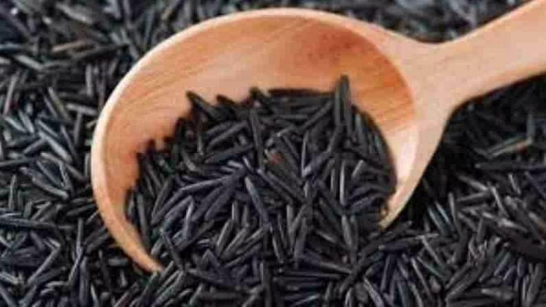 काळ्या तांदळाला जांभळा भात असेही म्हणतात. त्याच्या कोंडामध्ये असलेल्या फायटोकेमिकल्समुळे रंग काळा आहे. तांदळाची ही विविधता प्रथिने, फायबर, व्हिटॅमिन ई आणि अँटी-ऑक्सिडंट्सने समृद्ध आहे. संशोधनात असे सांगण्यात आले आहे की, काळा तांदूळ सर्व प्रकारच्या अँटी-ऑक्सिडंट्समध्ये समृद्ध आहे आणि त्याचा ग्लायसेमिक इंडेक्स देखील कमी आहे. अँटीऑक्सिडंट्स मुक्त रॅडिकल्सचे नुकसान कमी करतात, ज्यामुळे गंभीर रोगांचा धोका कमी होतो.
