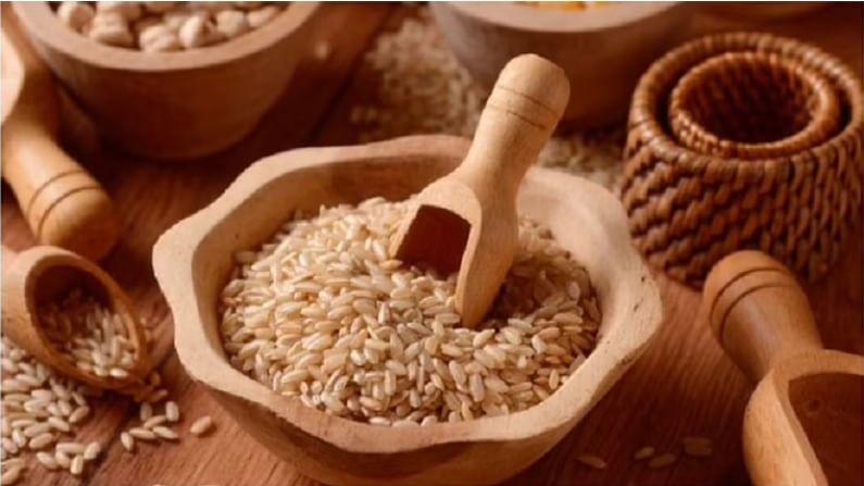 लाल तांदळामध्ये अँथोसायनिन नावाचे अँटी-ऑक्सिडंट असते. जे तांदळाला लाल रंग देण्याचे काम करते. यात लोहाचे प्रमाण चांगले असते. जे दाह आणि रक्तदाब नियंत्रित ठेवते. ज्यांना वजन कमी करायचे आहे. त्यांच्यासाठी हा भात फायदेशीर आहे. कारण ते पचायला वेळ लागतो. ते खाल्ल्याने लवकर भूक लागत नाही आणि पोट देखील दीर्घकाळ भरलेले राहते. यामध्ये फायबर, प्रोटीनसह अनेक पौष्टिक घटक असतात.