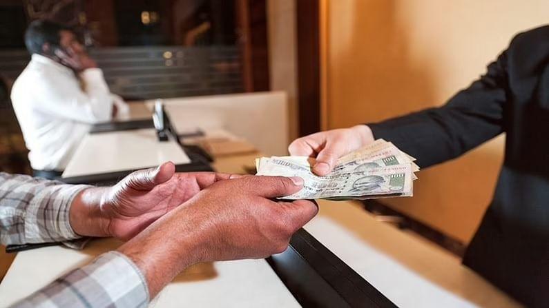 FD मुदत कालावधी : तुम्ही तुमच्या गरजेनुसार FD मिळवू शकता. जर तुमच्याकडे आता गरजेपेक्षा जास्त पैसे असतील आणि तुम्हाला असे वाटत असेल की तुम्हाला 5 किंवा 10 वर्षांनंतर या पैशांची गरज असेल, तर तुम्ही इतक्या कालावधीसाठी FD करु शकता. अर्थात, 10 वर्षांच्या एफडीवरील परतावा एका वर्षाच्या तुलनेत खूप जास्त असेल. त्यामुळे तुम्ही तुमच्या गरजेनुसार शक्य तितक्या कालावधी FD मिळवू शकता.