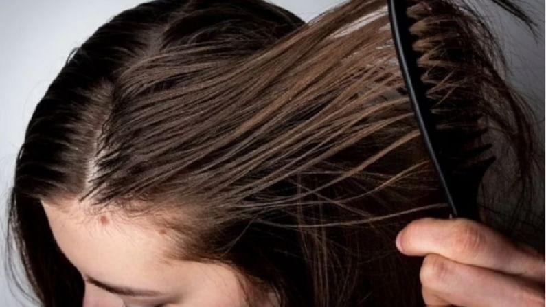 पावसाळ्यात ओलावा आणि घामामुळे केसांची काळजी घेणे कठीण होते. या हंगामात धूळ आणि सूर्यप्रकाशामुळे केस निर्जीव दिसतात. शॅम्पू लावल्यानंतर दुसऱ्याच दिवसापासून केस चिकट होतात. याचे कारण तुमच्या टाळूमध्ये आहे. जर तुमचे केस जास्त चिकट किंवा तेलकट होत असतील तर याचा अर्थ असा की तुमच्या टाळूच्या तेल ग्रंथींमधून अधिक सेबम गळत आहे. ही समस्या दूर करण्यासाठी आपण घरगुती उपाय केले पाहिजेत.