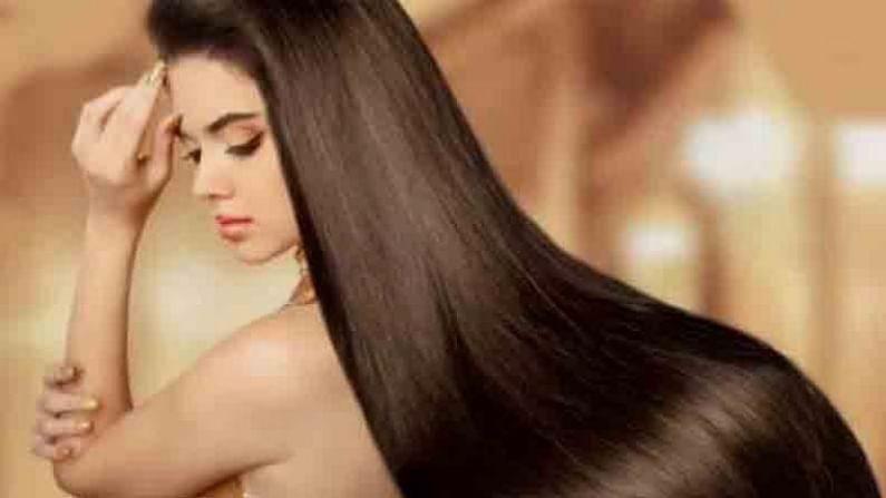 जर तुम्ही केसांच्या चिकटपणामुळे त्रस्त असाल तर एक ग्लास पाण्यात एक चमचा चहाची पाने घाला आणि 10 ते 15 मिनिटे उकळू द्या. पाणी थंड झाल्यावर ते गाळून घ्या आणि केसांच्या मुळांवर लावा. साधारण अर्ध्या तासानंतर केस धुवा. हा उपाय वापरल्याने केसांचा चिकटपणा दूर होईल.