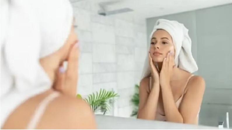 घाणेरड्या हातांनी फेस शिट मास्क लावणे टाळा - फेस शिट मास्क लावण्यापूर्वी आपले हात चांगले धुवा. जर तुमचे हात गलिच्छ असतील तर हातातील जंतू आणि बॅक्टेरिया चेहऱ्यावर येतील. बराच वेळ फेस शिट मास्क लावल्याने फारसा फायदा होत नाही. तुम्ही तुमच्या पॅकेजनुसार ते लागू करा अन्यथा तुमची त्वचा खराब होऊ शकते.