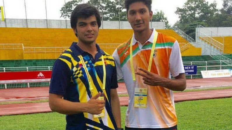 नीरजच्या या खास मित्राचं नाव आहे तेजस्विन शंकर. भारताकडून लांब उडी खेळणाऱ्या तेजस्विनची नीरजची पहिली भेट 2015 मध्ये झाली होती. त्यानंतर पुढच्याच वर्षी साउथ  एशियन गेम्समध्ये दोघेही सर्वात तरुण खेळाडू असल्याने एकत्रच वेळ घालवू लागले आणि तेथून त्यांची मैत्री आणखी घट्ट झाली.