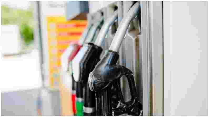वास्तविक, पेट्रोलियम आणि नैसर्गिक वायू राज्यमंत्री रामेश्वर तेली यांनी सोमवारी संसदेत याबाबत माहिती दिली. हे परवाने नवीन व्यवसाय सुलभतेअंतर्गत देण्यात आले आहेत. या अंतर्गत, किमान 250 कोटी रुपयांची निव्वळ मालमत्ता असलेली कोणतीही कंपनी पेट्रोल आणि डिझेलच्या किरकोळ विक्रीसाठी परवाना वाटपासाठी अर्ज करू शकते. आता या कंपन्या लोकांना पेट्रोल पंप वाटप करू शकतील.