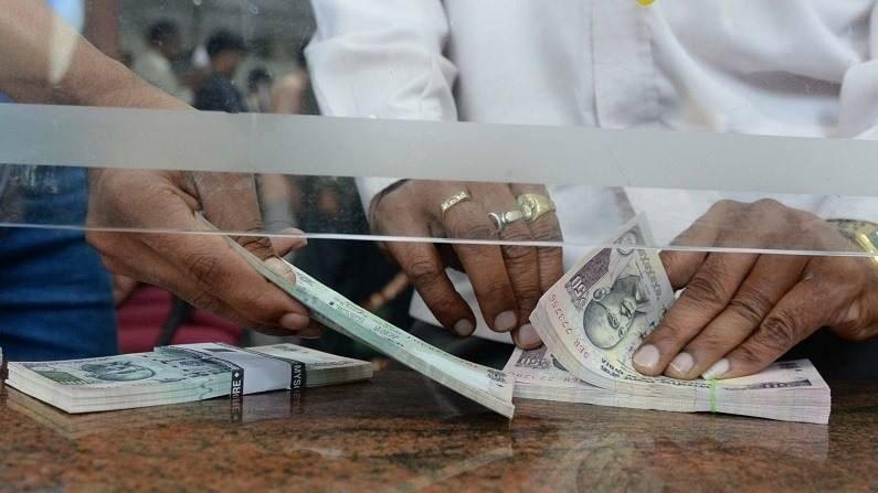 खासगी बँकांचे किमान शिल्लक शुल्क खूप जास्त आहे. उदाहरणार्थ, HDFC बँकेची किमान शिल्लक 10 हजार रुपये आहे. ग्रामीण भागासाठी ते 5000 रुपये आहे. हे शिल्लक न राखल्यास, एक चतुर्थांश दंड 750 रुपये आहे. इतर खासगी बँकांसाठीही असेच शुल्क लागू आहेत. जर तुम्ही चुकून किमान शिल्लक राखले नाही तर तुम्हाला दरमहा शेकडो रुपये विनाकारण भरावे लागतील. यामुळे तुमच्या CIBIL स्कोअरवरही परिणाम होतो. आजच्या युगात CIBIL स्कोअर प्रत्येकासाठी खूप महत्वाचा आहे. या स्कोअरच्या आधारावर तुम्हाला बँकेकडून स्वस्त कर्ज मिळते. कमी CIBIL स्कोअर असण्याचा तोटा दीर्घकालीन उच्च व्याजाच्या स्वरूपात सहन करावा लागेल.