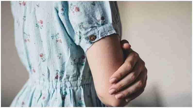 आपण रात्री बराच वेळ त्याच स्थितीत झोपतो, ज्यामुळे आपले पाय किंवा हात सुन्न होतात आणि त्यात मुंग्या येतात. सुन्न झालेल्या ठिकाणी थोडा वेळ मालिश केल्याने हात आणि पाय बरे होतात. यानंतरही हात सुन्न राहिले तर काही गंभीर आजार होण्याची शक्यता असते. कित्येकदा हात आणि पायात रक्त परिसंचरण नसल्यामुळे हात आणि पाय सुन्न होतात आणि मुंग्या येणे सुरू होते.