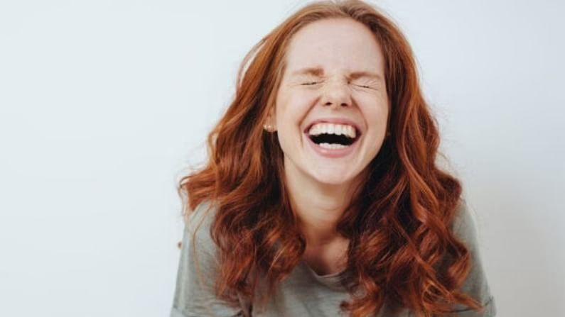 नेहमी आनंदी रहा, असे म्हटले जाते. मात्र, हे फक्त एक वाक्य नाही, प्रत्यक्षात त्याचे अनेक अर्थ आहेत. जे लोक आनंदी असतात आणि मुक्तपणे हसतात, त्यांच्या शरीराला ऑक्सिजन योग्य प्रकारे पुरवला जातो. हे केवळ त्यांची रोगप्रतिकार शक्ती सुधारत नाही, तर हृदय, फुफ्फुस आणि स्नायूंना उत्तेजित करते. मेंदूमधून एंडोर्फिन हार्मोन्स बाहेर पडतात, ज्यामुळे तणाव कमी होतो आणि तणावामुळे होणाऱ्या सर्व समस्या टाळता येतात. त्यामुळे मोकळेपणाने हसण्याची सवय लावा.