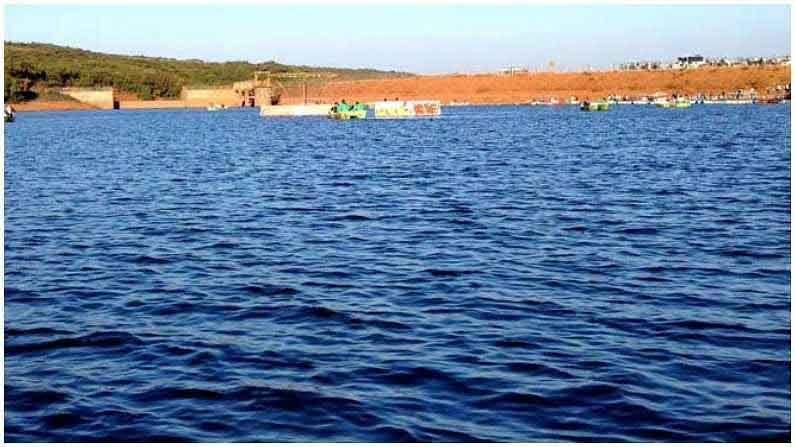 वेण्णा तलाव : महाबळेश्वर बस स्टँडपासून 3 किलोमीटर अंतरावर वसलेले हे मानवनिर्मित तलाव सुमारे 28 एकर क्षेत्रात पसरलेले आहे. त्याचा परिघ सुमारे 7 ते 8 किलोमीटर आहे. आजूबाजूच्या हिरवळ आणि नैसर्गिक सौंदर्यामुळे हे ठिकाण प्रत्येकासाठी रमणीय आहे. आपण या ठिकाणी बोटिंग आणि घोडेस्वारी सारख्या मनोरंजक उपक्रमांचा आनंद घेऊ शकता. लहान मुले येथे पार्क, टॉय ट्रेन इत्यादींचा आनंद घेऊ शकतात. आपली भूक भागवण्यासाठी, तलावाजवळ अनेक खाद्यपदार्थांची दुकाने आहेत. हे ठिकाण कौटुंबिक सहलीसाठी अतिशय सुंदर आहे.