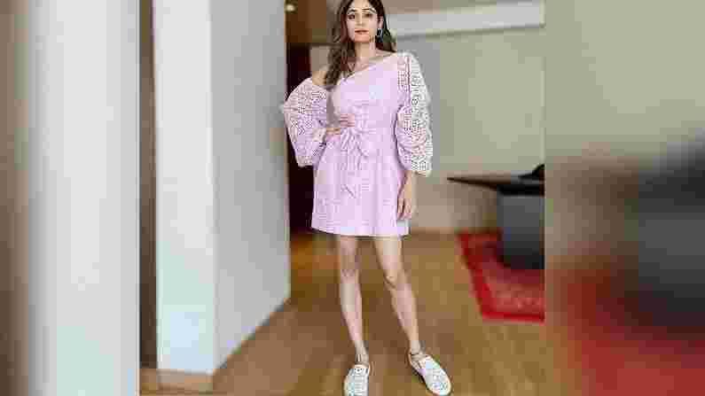 शमिता शेट्टीच्या दिलखेचक अदा.