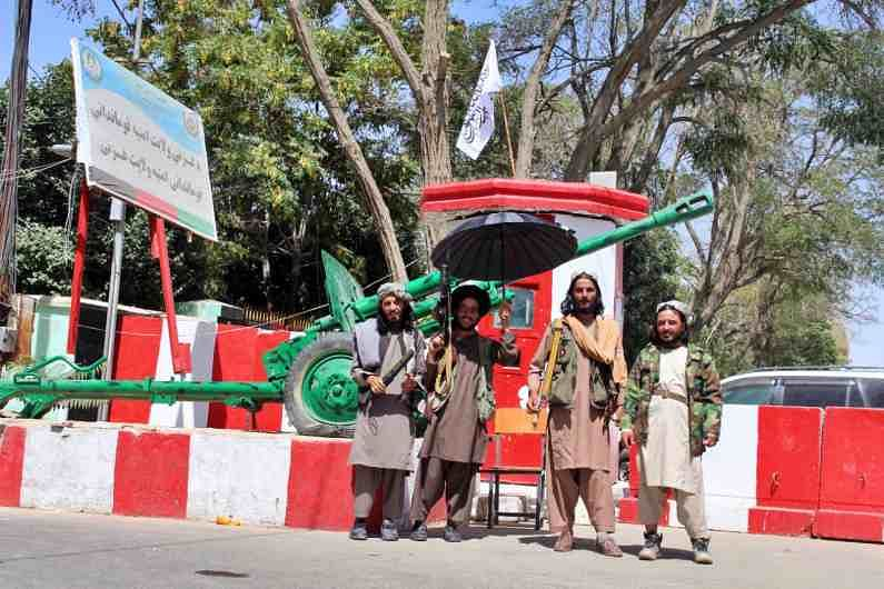 अफगाण सरकारने पाकिस्तानची गुप्तचर संस्था आयएसआए आणि पाकिस्तानी सैन्यावर तालिबानला शस्त्रास्त्र पुरवण्याचा आरोप केलाय (Pakistan Helps Taliban).