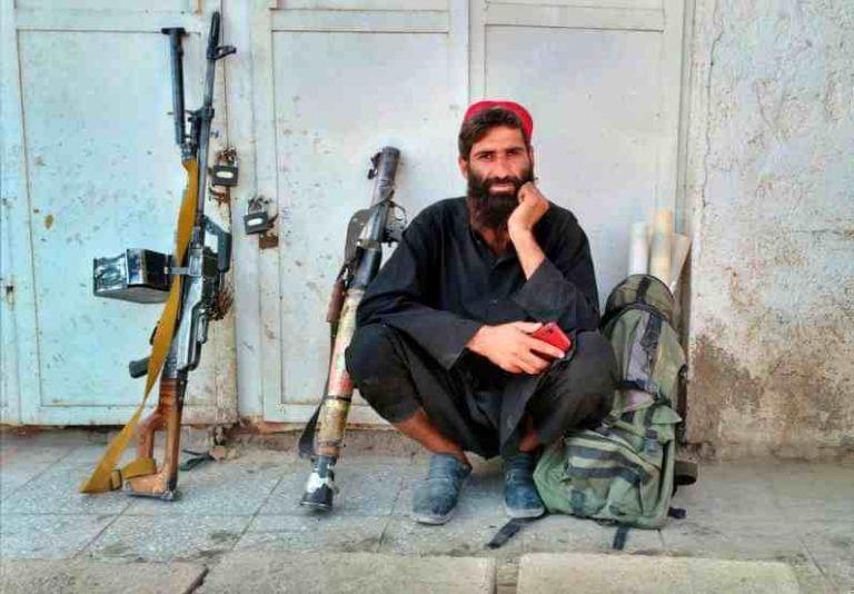 अफगाणिस्तानमधील 12 पेक्षा अधिक प्रांतिय राजधान्यांवर तालिबानचं नियंत्रण आहे. या सर्व ठिकाणी खुलेआम तालिबानी कट्टरतवादी हातात बंदुका आणि रॉकेट घेऊन फिरत आहेत.