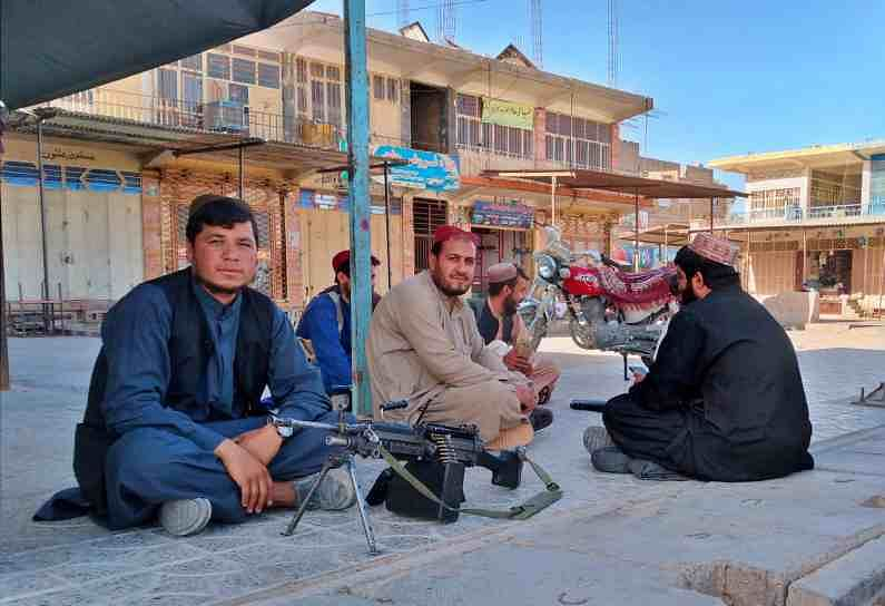 हातात शस्त्रास्त्र घेऊन फिरणाऱ्या तालिबान्यांनी या भागात प्रचंड दहशत निर्माण केलीय (Taliban Afghanistan Control). तालिबानी पोलिसांच्या गाड्यांवर चढून तोडफोड करत आहेत.