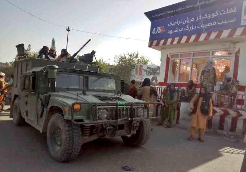 अफगानी सैन्याच्या प्रत्युत्तरानंतरही तालिबानी हार मानायला तयार नाहीत. दोन्ही बाजूंनी एकमेकांना आक्रमकपणे उत्तर दिलं जात आहे.
