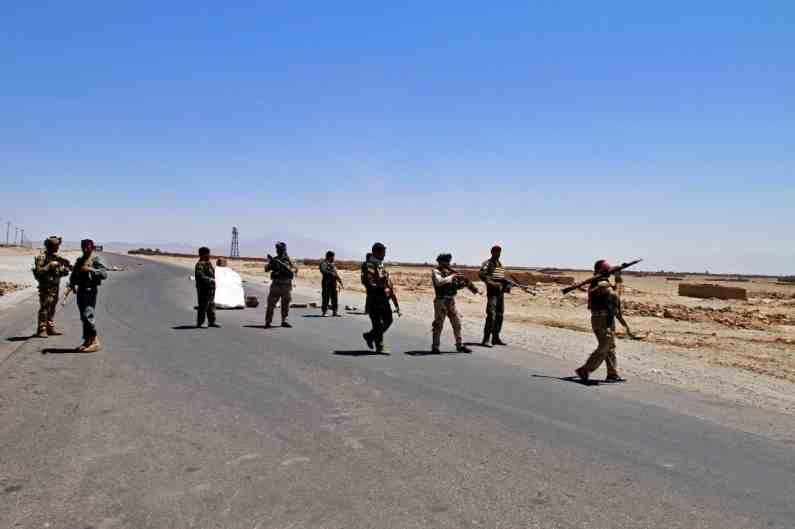 अफगाणिस्तानच्या दक्षिण उरुजगान प्रांतातील 2 खासदारांनी दिलेल्या माहितीनुसार स्थानिक अधिकाऱ्यांनी प्रांतीय राजधानीला वेगाने पुढे जाणाऱ्या तालिबान्यांच्या ताब्यात दिलंय.