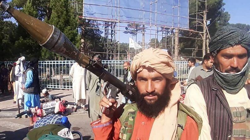 रॉकेट लाँचरसह तालिबानी.