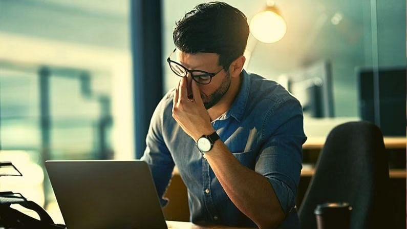 इसमें मौजूद कैफीन के कारण चाय पीने से आपके शरीर को तुरंत एनर्जी मिलती है। लेकिन यह ऊर्जा जितनी तेजी से शरीर में प्रवेश करती है, उतनी ही तेजी से चली जाती है। ऐसे में काम करने वाले लोग कभी-कभी चाय पीते हैं। इससे शरीर में निकोटिन और कैफीन की मात्रा बढ़ जाती है और ऐसे में रात की नींद पर बड़ा असर पड़ता है। नींद की कमी से शरीर में थकान, गुस्सा, चिड़चिड़ापन और तनाव जैसी समस्याएं होने लगती हैं।