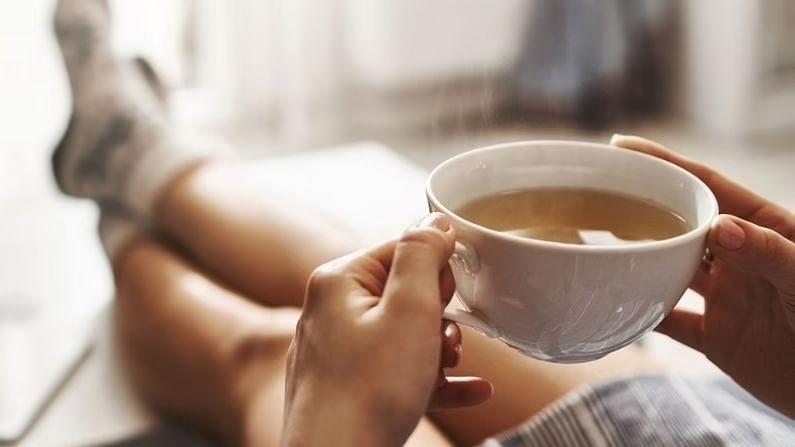 इस दुनिया में ऐसे लोगों की कमी नहीं है जो चाय पीना पसंद करते हैं और एक बार किसी को चाय पीने की आदत पड़ जाए तो उस आदत को लत लगने में देर नहीं लगती। अगर आप दूध से बनी चाय पीने के शौकीन हैं तो आपको चाय के साइड इफेक्ट से जुड़ी कुछ बातें जाननी चाहिए।