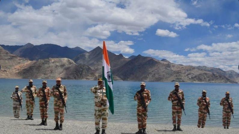 देशात सर्वत्र 75 वा स्वातंत्र्य दिन साजरा केला जातोय. मात्र, यात भारत-तिबेट सीमा पोलीस (ITBP) दलाच्या जवानांनी लडाखमधील पँगोंग त्सोच्या किनाऱ्यावर फडकावलेल्या राष्ट्रीय ध्वजाने सर्वांचंच लक्ष वेधून घेतलंय.