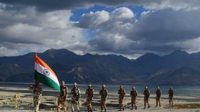 भारत-तिबेट सीमा पोलीस (ITBP) दलाच्या जवानांनी लडाखमधील पँगोंग त्सोच्या किनाऱ्यावर स्वतंत्र्य दिन साजरा केल्याचे अनेक फोटो आणि व्हिडीओ शेअर केलेत.