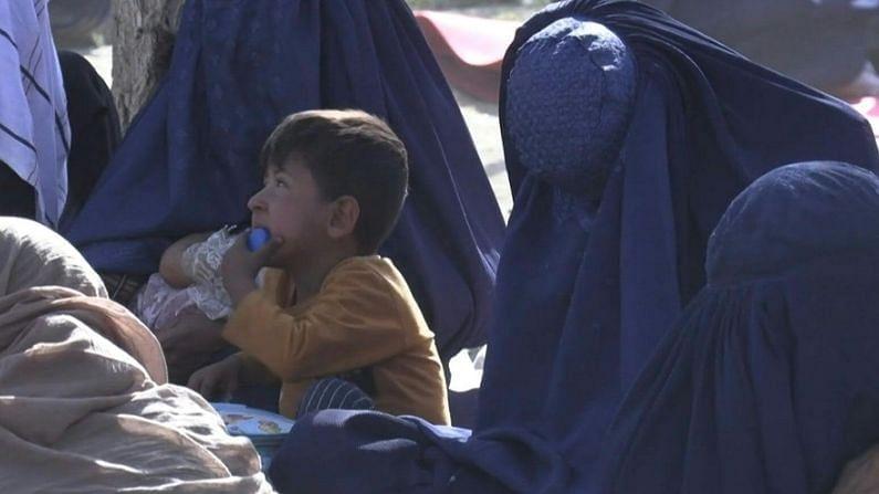 सध्या तालिबानच्या आक्रमणासह अफगाणिस्तानमधील महिलांच्या सामाजिक स्थितीविषयीचे अनेक फोटो सोशल मीडियावर शेअर होत आहेत. यात तालिबानपूर्वीचा अफगाणिस्तान आणि नंतरची स्थिती असं दाखवलं जातंय.