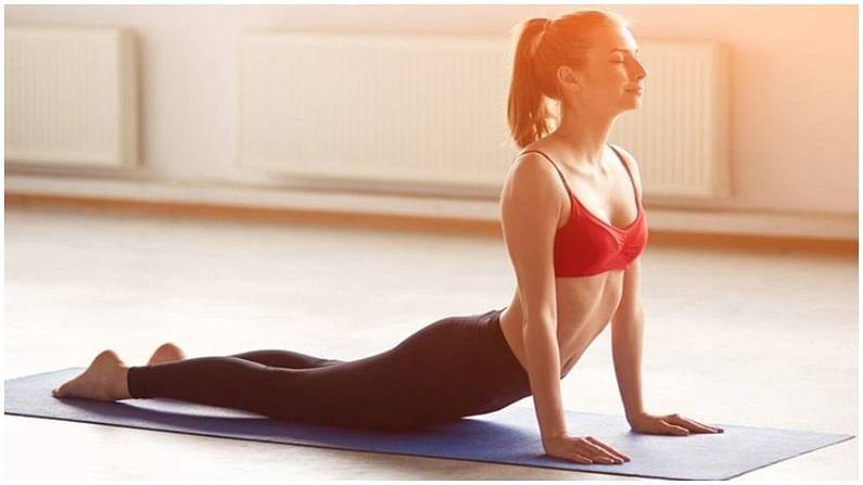 भुजंगासन - कोब्रा पोज तुम्हाला ताण आणि चिंतेपासून आराम देते. हे पाय आणि पाठीच्या कडकपणापासून आराम देते. हे पाठ, मान आणि ओटीपोटाचे स्नायू मजबूत करण्यास मदत करते.