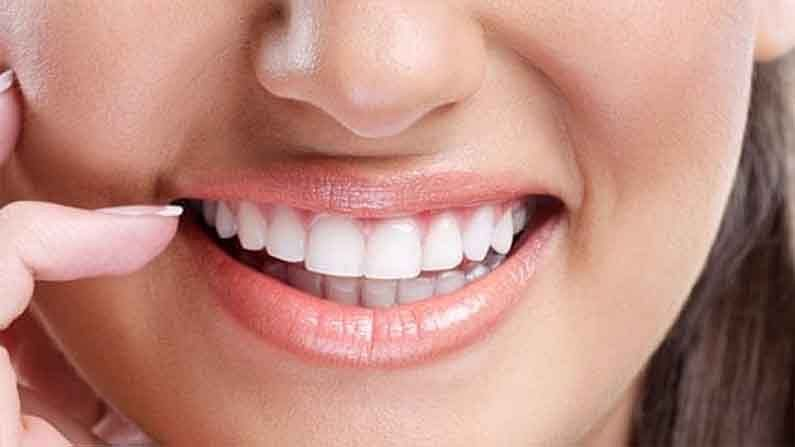 दातांसाठी धूम्रपान करणं हे सर्वात वाईट आहे. तंबाखूमुळे दातावर तपकिरी ठिपके येतात. जितकं जास्त तुम्ही धूम्रपान कराल तेवढे डाग गडद होतील.