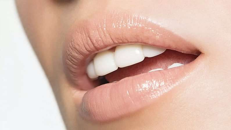 पांढरे दात ठेवण्यास मदत करणारी एक सोपी गोष्ट म्हणजे दात घासणे, शक्यतो फ्लोराईड टूथपेस्ट, फ्लॉसिंग आणि अँटीसेप्टिक माउथवॉश वापरणं योग्य ठरू शकतं. दिवसातून किमान दोनदा ब्रश करा.
