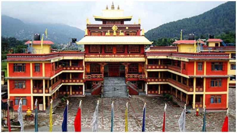 रुमटेक मठ : गंगटोकपासून सुमारे 24 किमी अंतरावर, रुमटेक मठ हे त्सोंग्मो लेकनंतर सर्वाधिक भेट दिले जाणारे ठिकाण आहे. हा मठ तिबेटी बौद्ध धर्माच्या धार्मिक केंद्रांपैकी एक आहे. मठा व्यतिरिक्त, जवळच नालंदा बौद्ध अभ्यास संस्था देखील आहे.