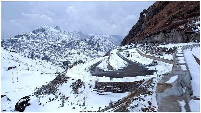 नाथुला पास : हे सिक्कीममधील उन्हाळ्यातील लोकप्रिय आकर्षणांपैकी एक आहे. नाथुला पास हा एक व्यापार मार्ग आहे, जो सिक्कीमला तिबेटशी जोडतो. हे गंगटोकपासून फक्त 56 किमी अंतरावर आहे आणि त्सोंग्मो तलावामधून जातो. नाथुला पास सुमारे 4,200 मीटर उंचीवर आहे. सुंदर परिसरासह हा भारतातील सर्वात उंच आणि आव्हानात्मक रस्त्यांपैकी एक आहे.