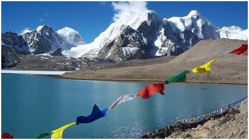 गुरुडोंगमार तलाव : गुरुडोंगमार तलाव बर्फाच्छादित पर्वतांनी वेढलेला एक शांत तलाव आहे. हे उत्तर सिक्कीममध्ये भेट देण्याच्या ठिकाणांपैकी एक आहे. हे ठिकाण 5500 मीटर उंचीवर वसलेले आहे आणि सिक्कीमची राजधानी गंगटोकपासून 173 किमी अंतरावर आहे. पावसाळ्यात या गोठलेल्या सरोवराचे नेत्रदीपक दृश्य तुम्हाला पाहायला मिळू शकते.