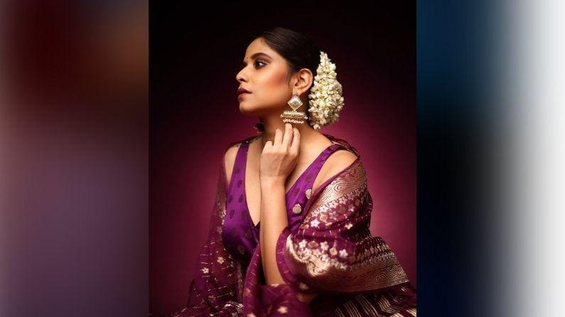 आता सईनं सुंदर जांभळ्या रंगाच्या लेहेंग्यात नवं फोटोशूट केलं आहे. या फोटोंमध्ये ती अतिशय सुंदर दिसतेय. स्टाईल स्टेटमेंट असणाऱ्या सईचा हा लूक तिच्या चाहत्यांना प्रचंड आवडला आहे.